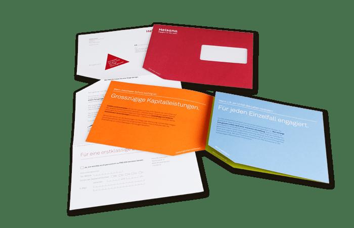 Personalisierter Begleitbrief mit aufgespendeter dreieckiger Etikette und Antwortkarte zum Abreissen, Broschüre und Kuvert mit ausgestanztem Dreieck.