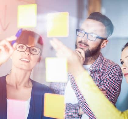 Design Thinking ist ein innovativer Lösungsansatz für Aufgaben aus den verschiedensten Bereichen – wir zeigen Ihnen die Vor- und Nachteile dieser Methode auf.