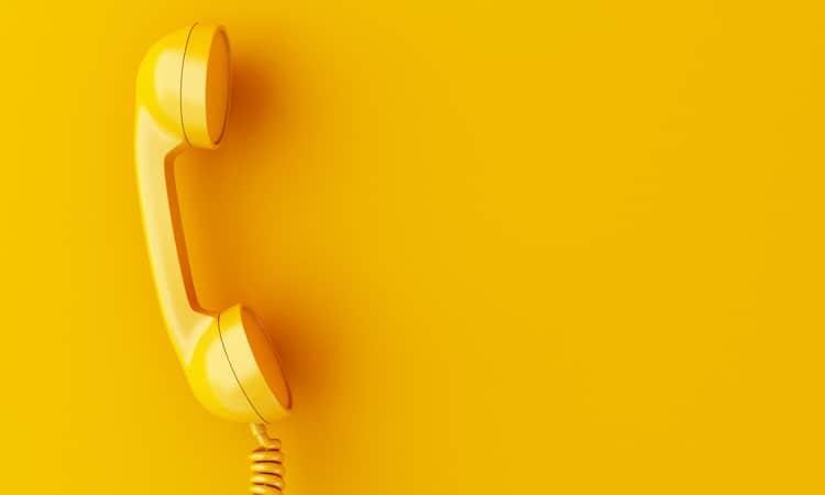 Call Center – gelber Telefonhörer auf gelbem Hintergrund