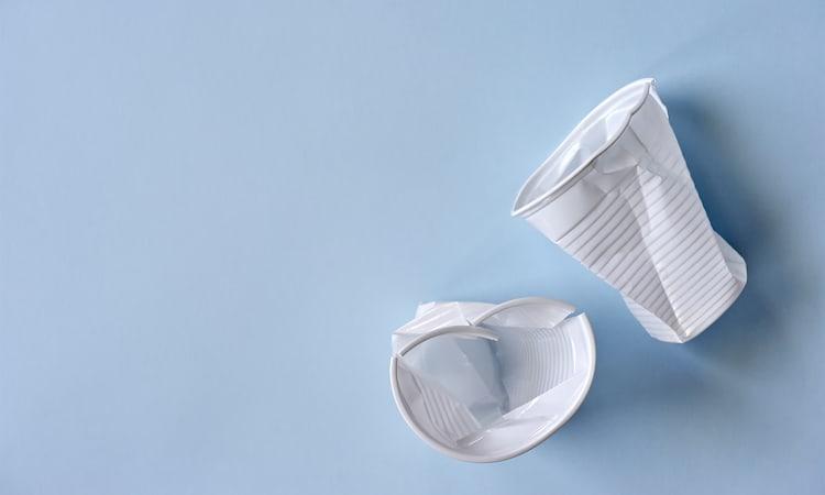 Ökologische Verpackungen - Zerdrückte Plastikbecher