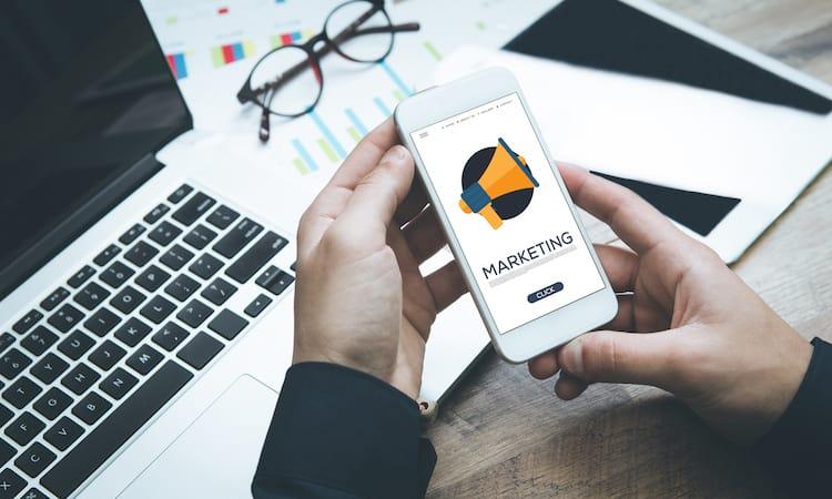 Online Marketing wird auch auf mobilen Geräten betrieben.