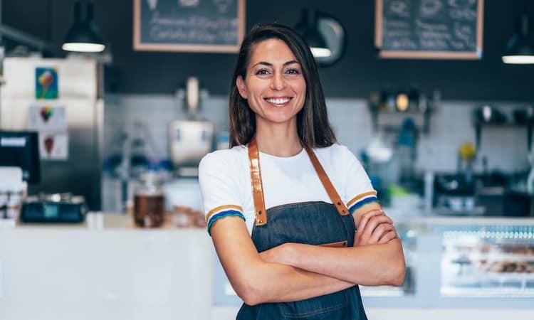 Franchise-Modelle gibt es häufig in er Gastronomiebranche. Im Bild eine Frau in einer Gelateria.